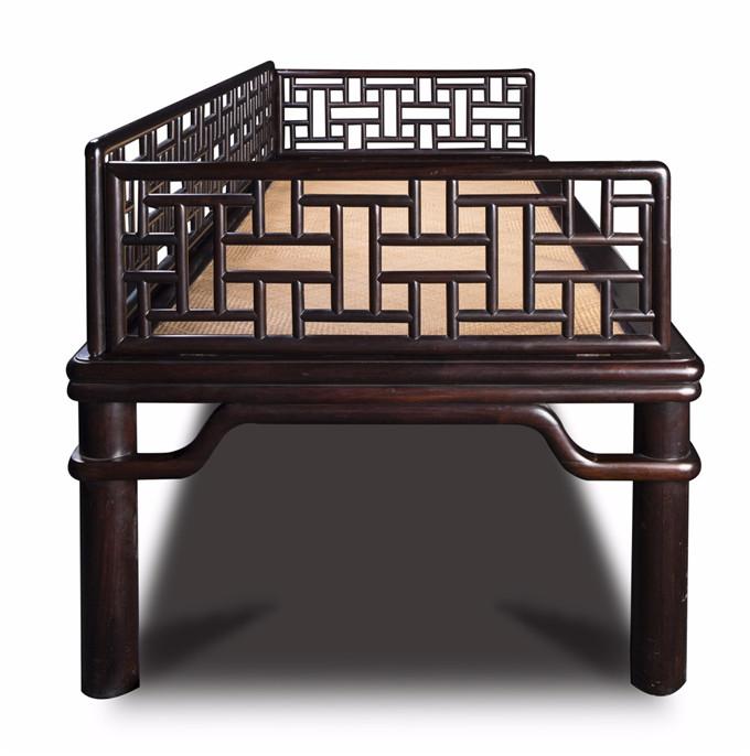 高123厘米,宽42厘米,深86厘米    罗汉床,是我国古代卧式家具中的典型